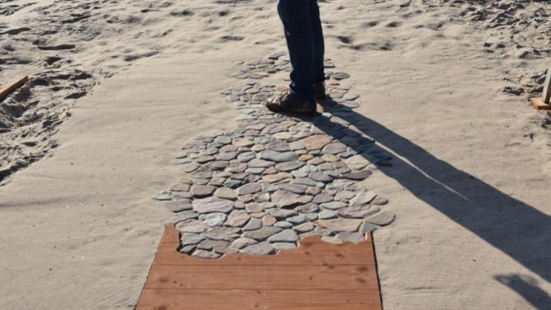 Kunst am Strand :  Ein Weg, der im Sand verläuft